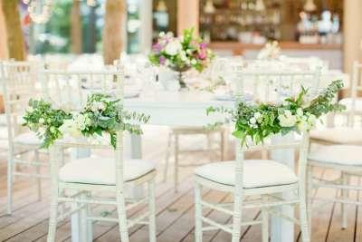 Hoe de stoelen van uw bruiloft te versieren?